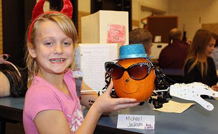 Students displays Michael Jackson pumpkin